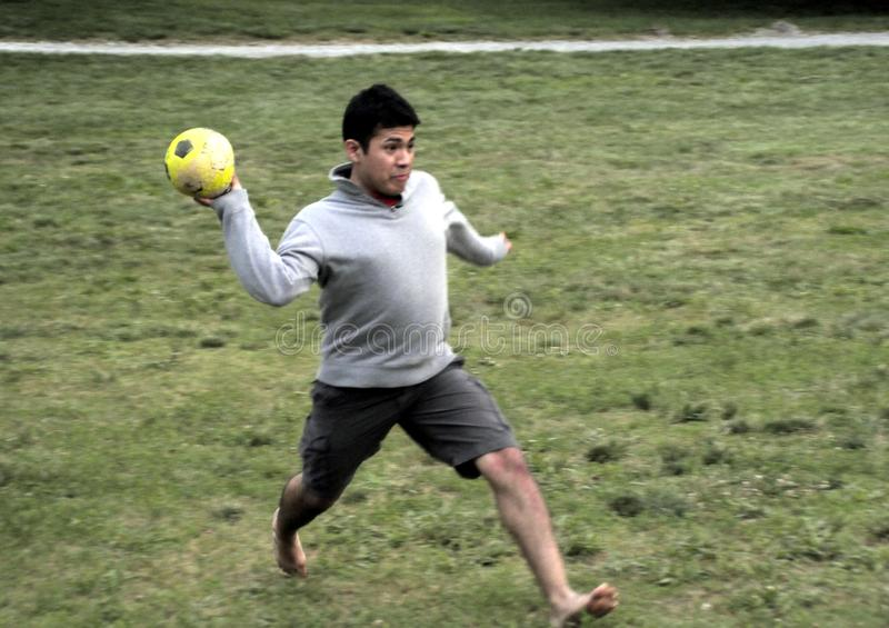 Ung man som spelar en yttersida för volleybolllek royaltyfri foto