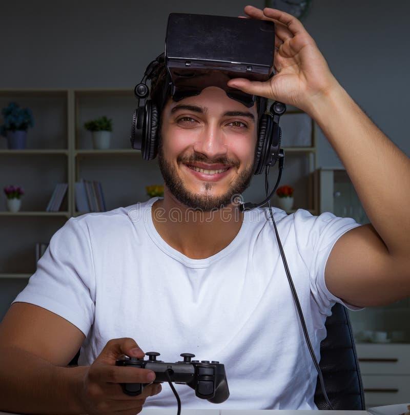 Ung man som spelar lekl?ng tid sent i kontoret royaltyfria foton