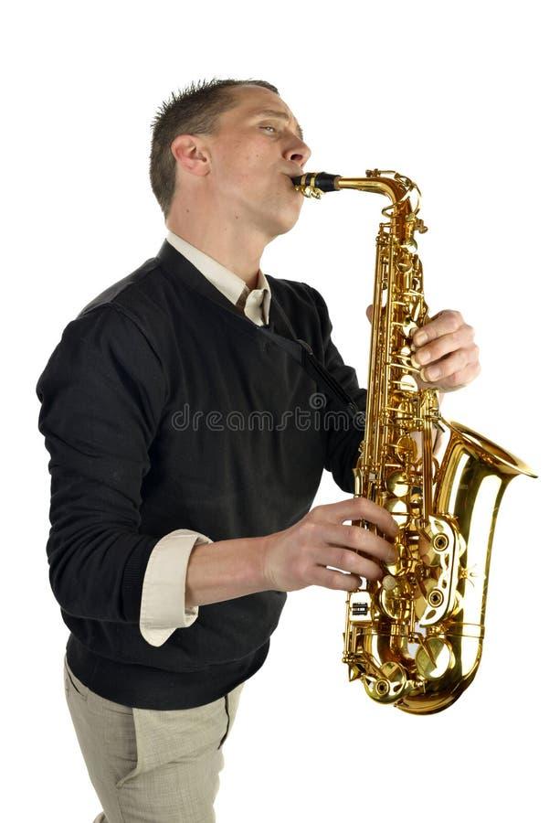 Ung man som spelar saxofonen royaltyfri fotografi