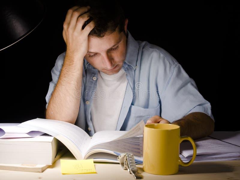 Ung man som studerar på natten royaltyfri fotografi