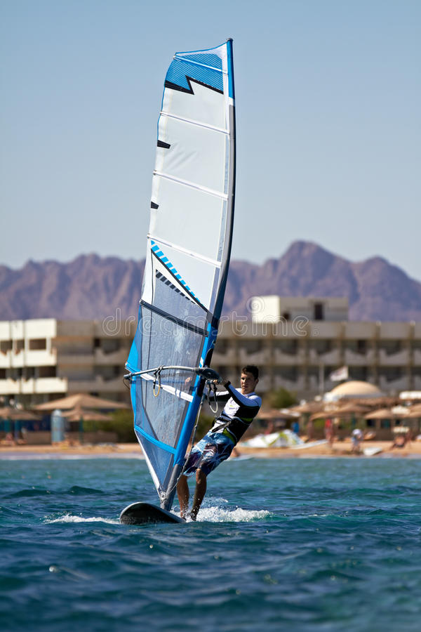 Download Ung man som surfar winden arkivfoto. Bild av windowed - 27280976