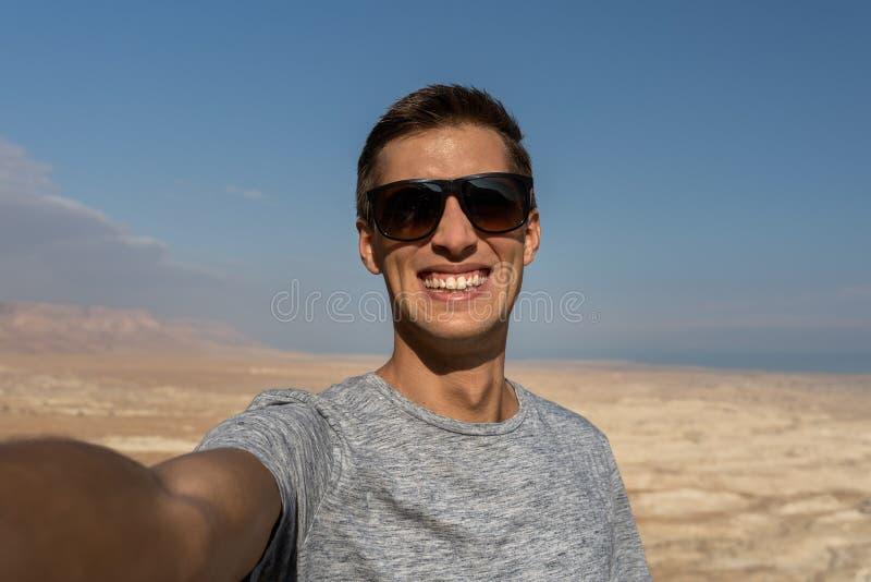 Ung man som tar en selfie i öknen av Israel arkivfoto