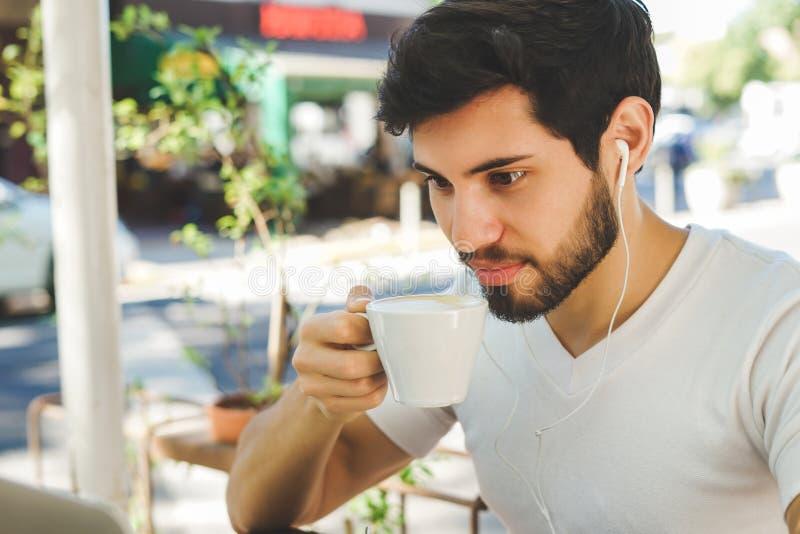 Ung man som tar ett kaffeavbrott royaltyfria foton