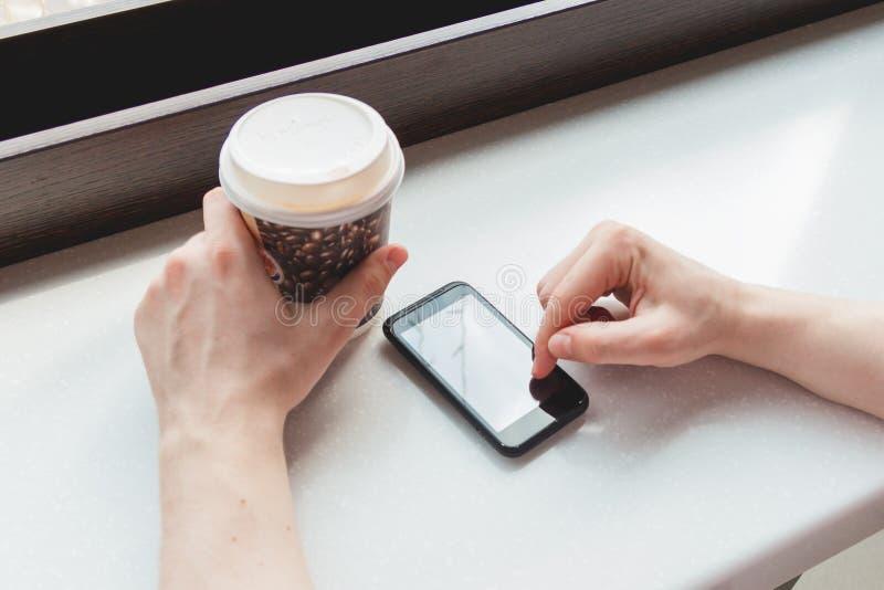 Ung man som tar ett kaffeavbrott på kafét royaltyfri foto