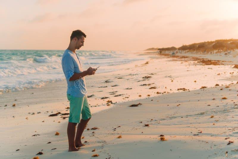 Ung man som tar selfie p? strandbakgrunden havet royaltyfri bild