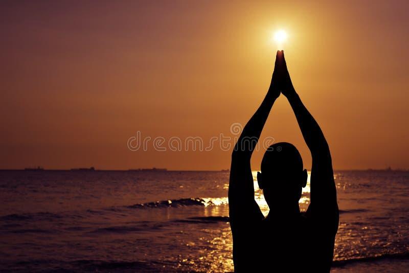 Ung man som utomhus gör yoga arkivbild