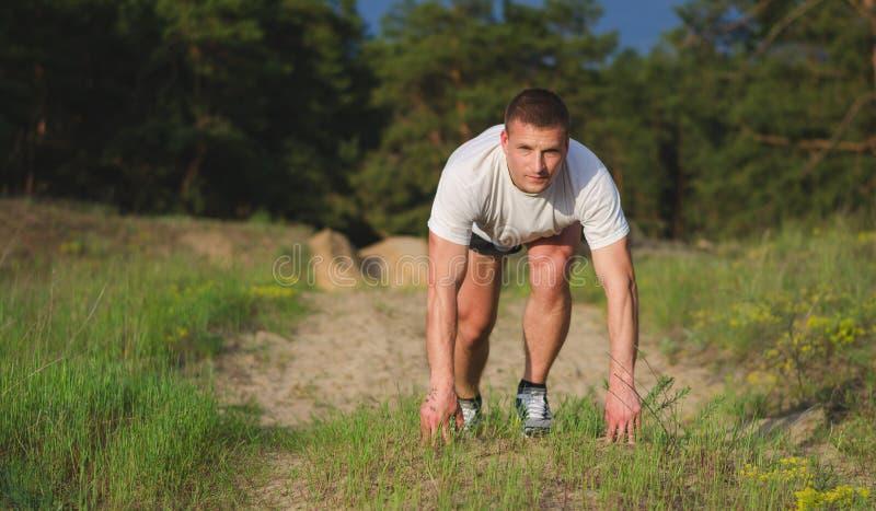 Ung man som utomhus joggar fotografering för bildbyråer