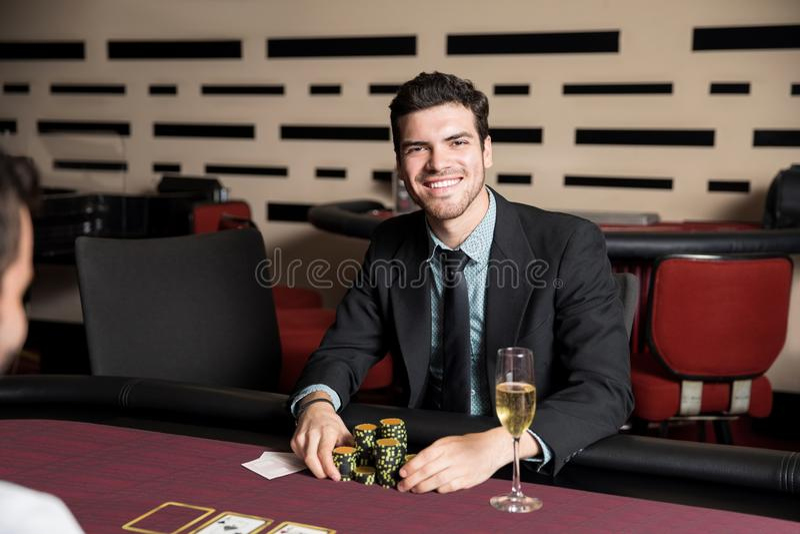 Ung man som väl gör på poker royaltyfri bild