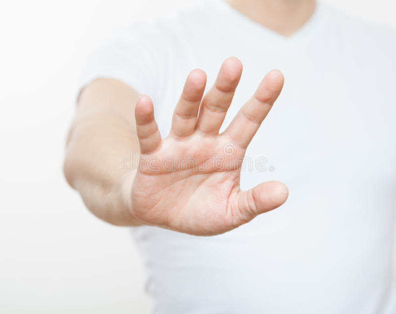 Ung man som visar att förbjuda av en gest arkivbild