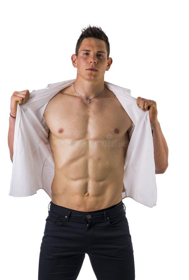 Ung man som visar hans muskulösa torsoinnehav royaltyfri bild