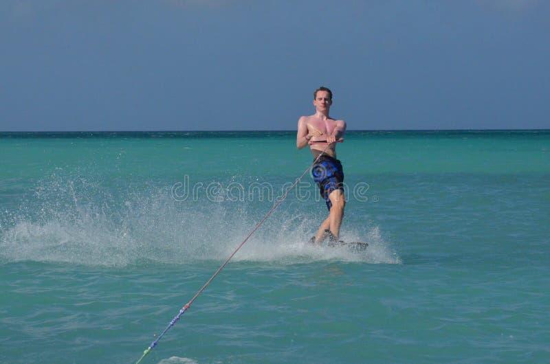 Ung man Wakeboarding av kusten av Palm Beach fotografering för bildbyråer