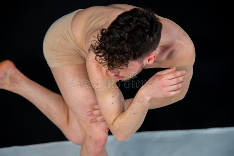 Ung manlig dansare i dansf?rehavanden royaltyfria bilder
