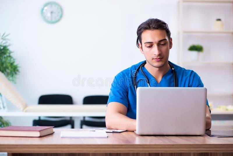 Ung manlig doktor i telehealthbegrepp fotografering för bildbyråer