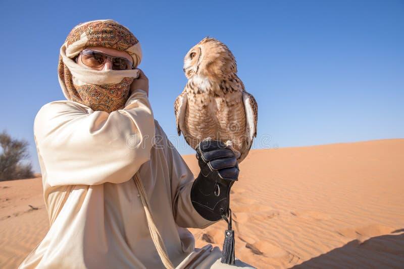 Ung manlig faraoörnuggla under en ökenfalkenerarkonstshow i Dubai, UAE arkivbild