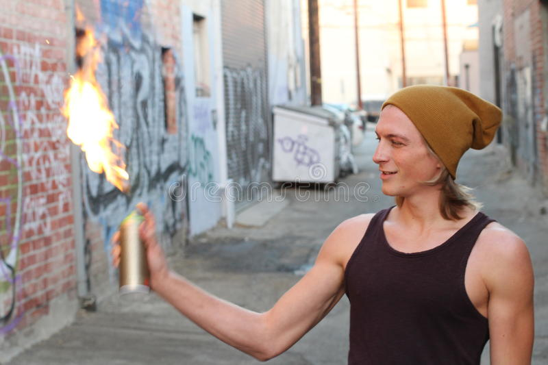 Ung manlig inställningssprej på brand fotografering för bildbyråer