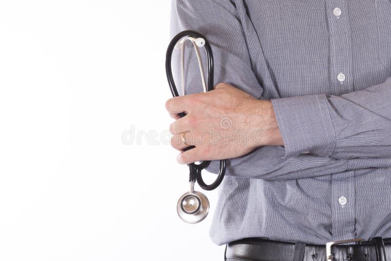 Ung manlig konsulent som rymmer en stetoskop royaltyfri fotografi