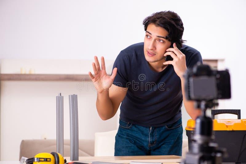 Ung manlig repairmaninspelningvideo f?r hans blogg royaltyfria bilder