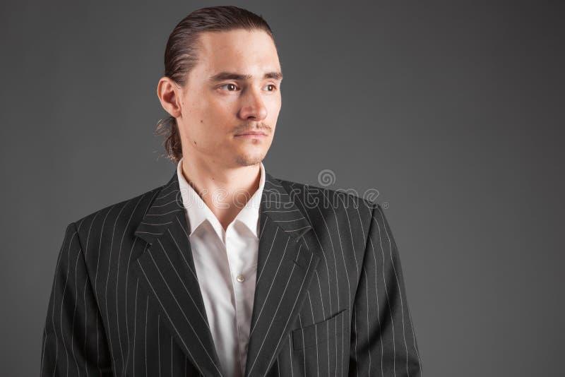 Ung manlig säker man som poserar i gangsterstilfölje royaltyfria foton