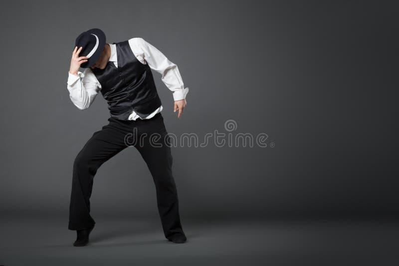 Ung manlig yrkesmässig dansaredans i studio arkivfoto