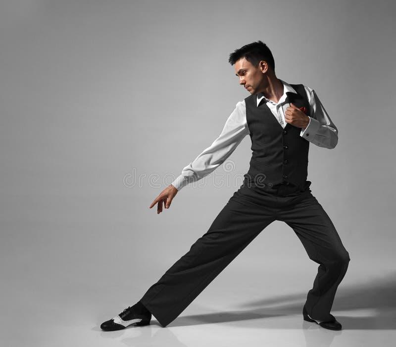 Ung manlig yrkesmässig dansaredans i studio arkivbild