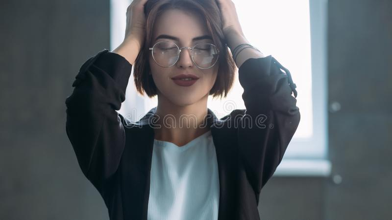 Ung massage för huvud för arbete för kontorskvinnaavbrott arkivbilder
