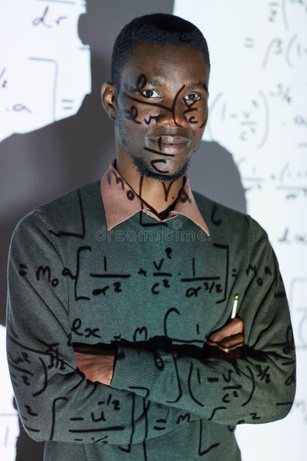 Ung matematiklärare i konferensrum royaltyfria foton