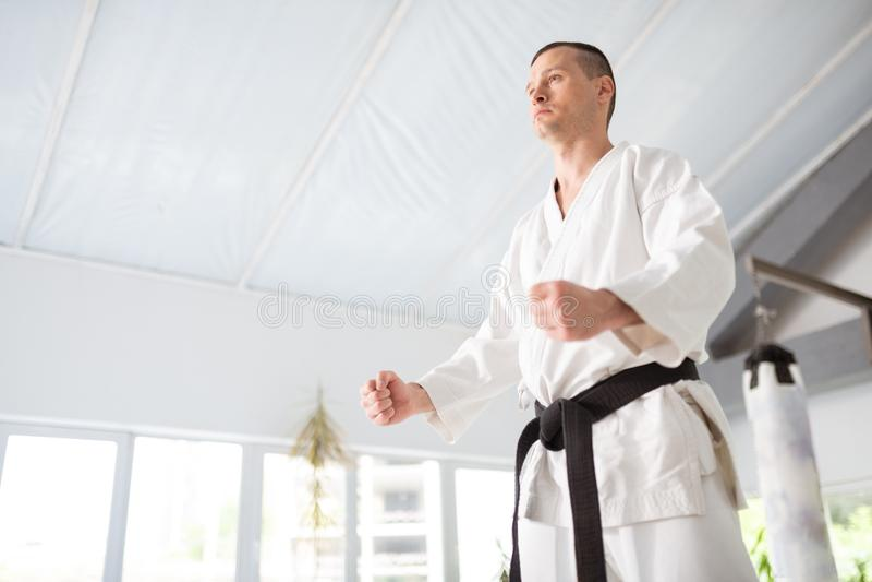 Ung men erfaren aikidoförlage som visar hans nävar royaltyfri fotografi
