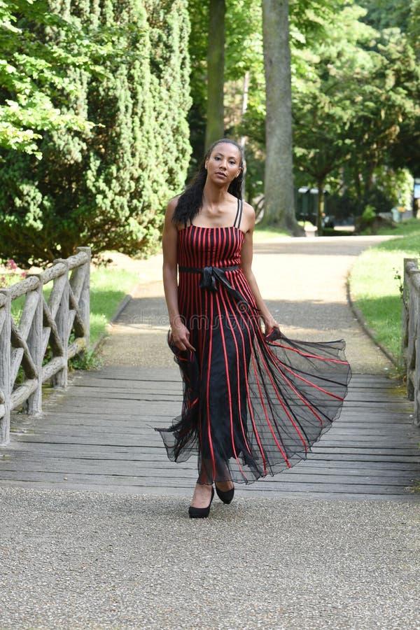 Ung metiskvinna i paris royaltyfria bilder
