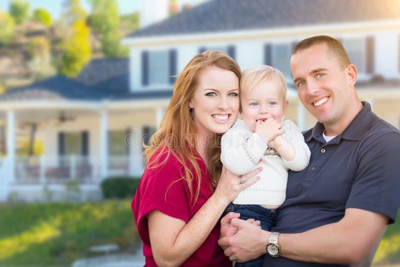 Ung militär familj framme av deras hus royaltyfri fotografi