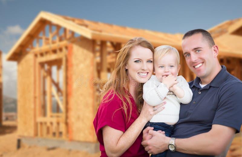 Ung militär familj utanför deras nya hem- inrama arkivfoto