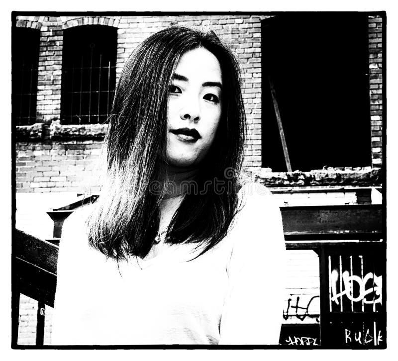 Ung modell i noir typbild för film fotografering för bildbyråer