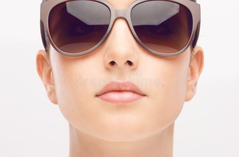 Ung modemodell med solglasögon arkivbild