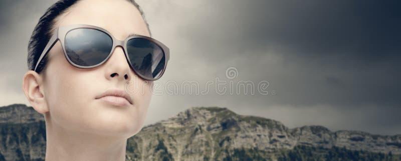 Ung modemodell med solglasögon royaltyfri bild