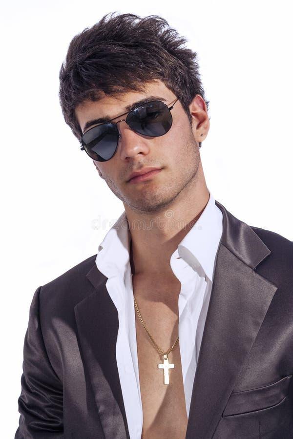 Ung moderiktig grabb Italiensk man med solglasögon och den öppna vita skjortan arkivfoto