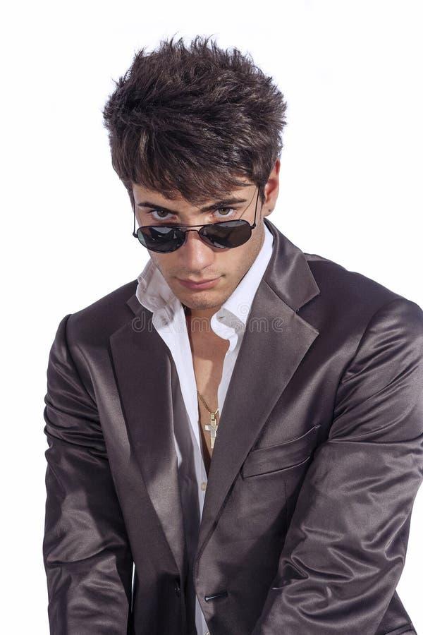 Ung moderiktig grabb Italiensk man med solglasögon och den öppna vita skjortan royaltyfri fotografi