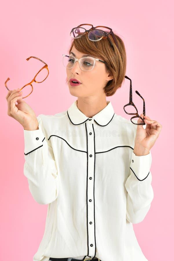 Ung moderiktig kvinna som väljer glasögon royaltyfria foton