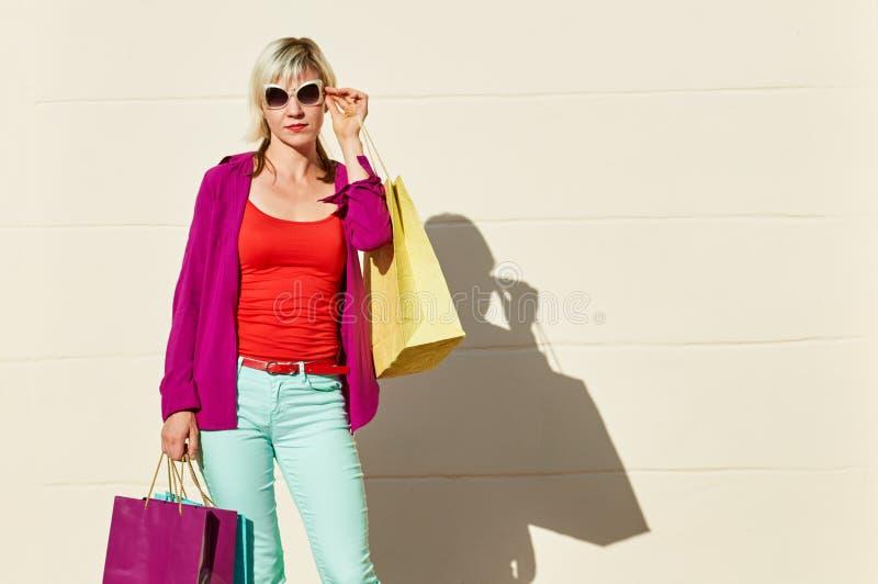 Ung moderiktig shoppare fotografering för bildbyråer