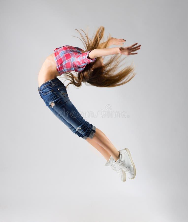 Ung modern dansflicka i jeans royaltyfri bild