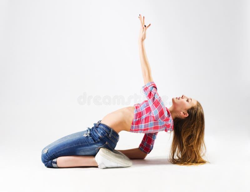 Ung modern dansflicka i jeans royaltyfria foton