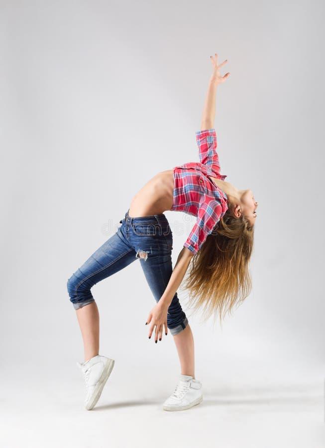 Ung modern dansflicka i jeans arkivfoton