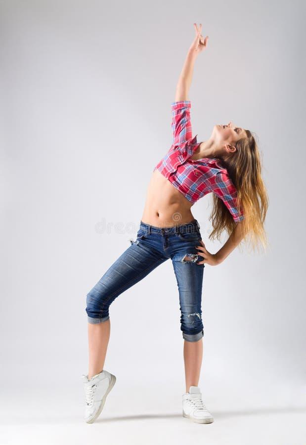 Ung modern dansflicka i jeans arkivbild