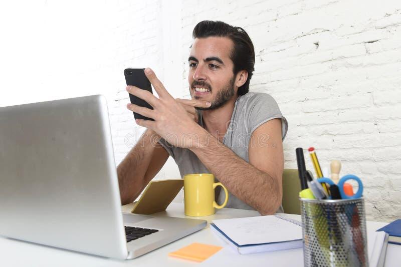 Ung modern hipsterstilstudent eller affärsman som arbetar genom att använda att le för mobiltelefon som är lyckligt arkivbilder