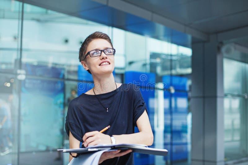 Ung modern kvinnlig arbetare royaltyfri foto