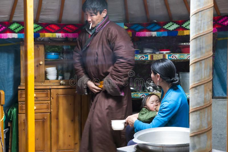 Ung mongoliannomadfamilj i deras hem- ger yurt arkivfoton