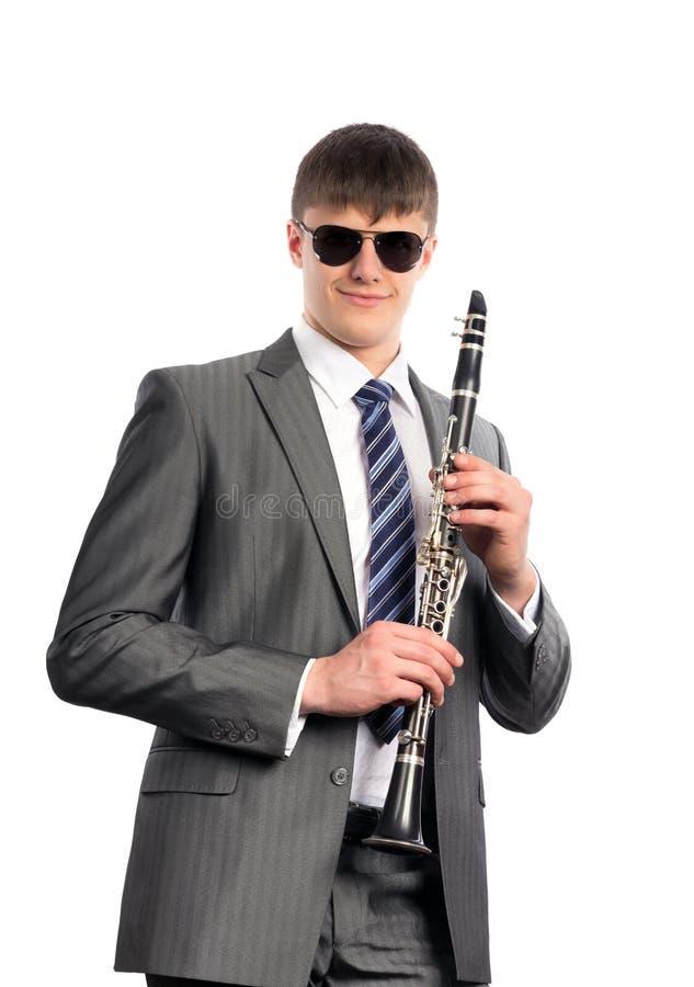 Ung musiker i solglasögon med klarinetten arkivbild