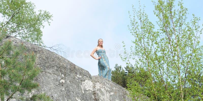 Ung musikerkvinna royaltyfria bilder