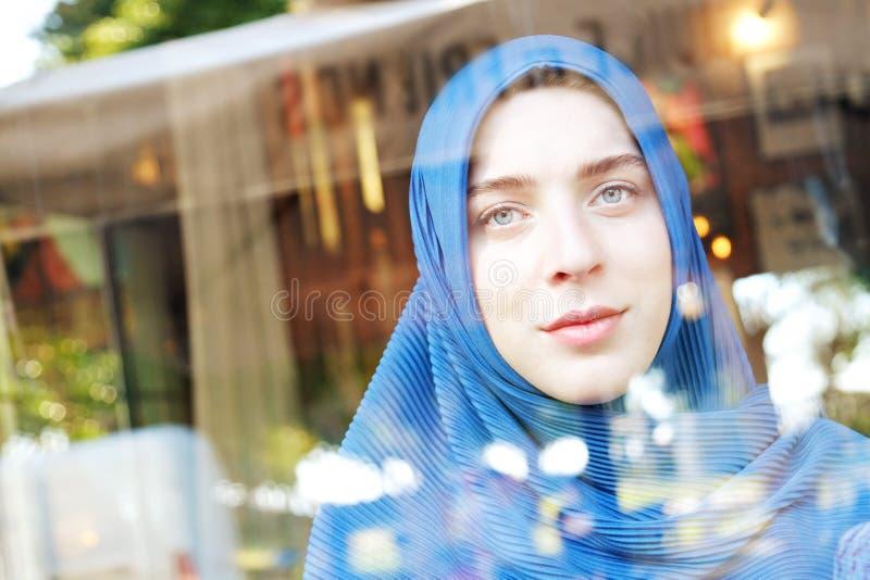 Ung muslim kvinna på höftkaffestället royaltyfria foton