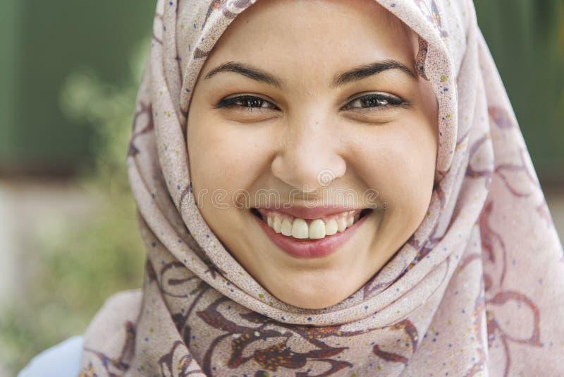Ung muslimkvinna som ler ståenden arkivbild