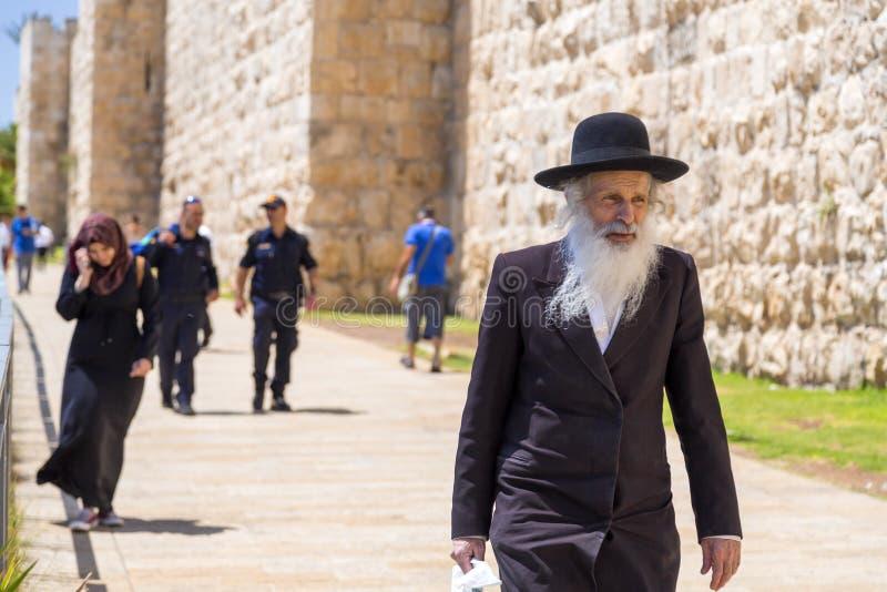 Ung muslimsk flicka och gammal judisk man i Jerusalem royaltyfri foto