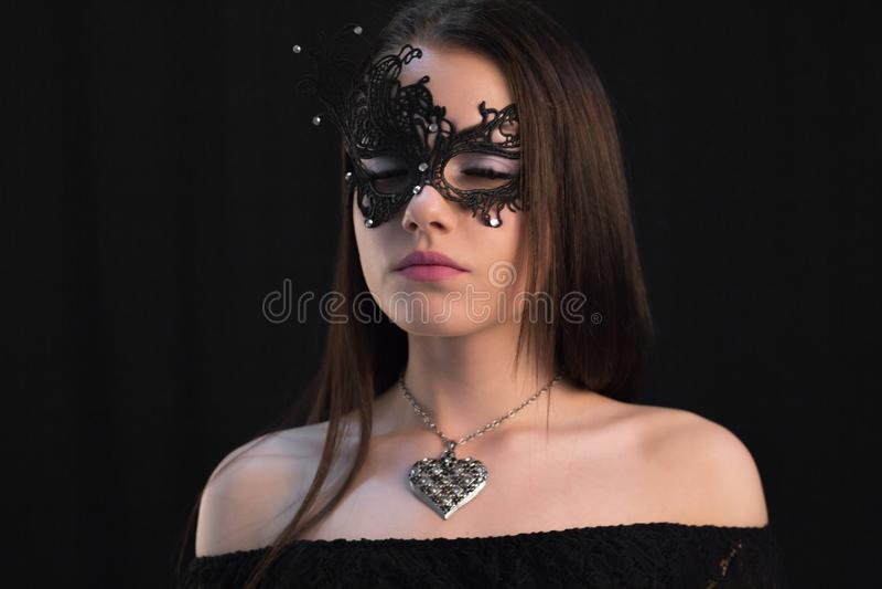 Ung mystikerkvinna som poserar i maskering royaltyfri fotografi
